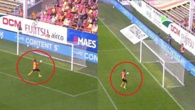 صورة بالفيديو.. لاعب يضيع فرصة تسجيل هدف بطريقة غريبة