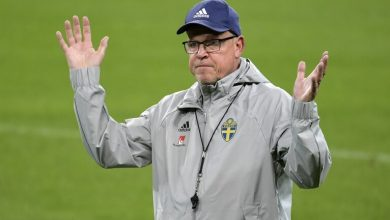 صورة قبل مواجهة الدنمارك بساعات.. إصابة المدير الفني لمنتخب السويد بكورونا