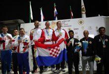 صورة وزير الرياضة يسلم جوائز كأس العالم للرماية خرطوش للفائزين بالمراكز الأولى
